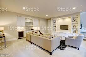 schicke keller wohnzimmer mit bartresen stockfoto und mehr bilder architektur