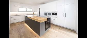 mtb küche mit freiem block in lack weiss und antrazit matt