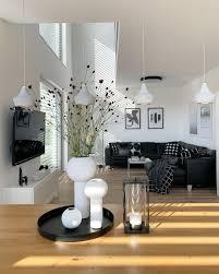 blick über den esstisch ins wohnzimmer mit galerie