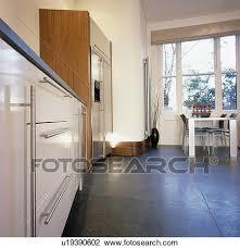 dunkel grauer fussboden in modernes kueche esszimmer