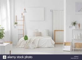 ein weißes schlafzimmer mit großem king bett regale