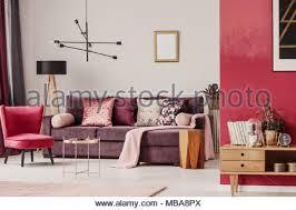 wohnzimmer einrichtung mit lila roten sessel und