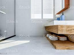 das bad im bad der weiße schrank mit weißen saubere handtücher grüne pflanzen auf die theke und glasfenster daneben stockfoto und mehr bilder