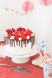 kuchen mit zuckerguss schokolade und erdbeeren auf dem