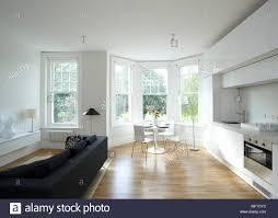 esstisch und stühle in moderne offene küche mit sitzecke