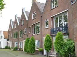 les chambres blanches mur de briques néerlandais de brown foncé de style avec les