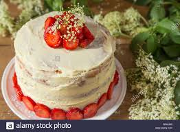kuchen mit weißer schokolade und sahne erdbeeren mit elder