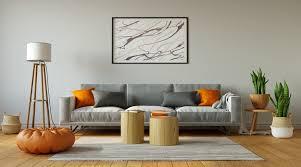 modisches wohnzimmer mit grauem sofa und abstrakter malerei