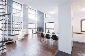 geräumige moderne wohnzimmer in luxus villa