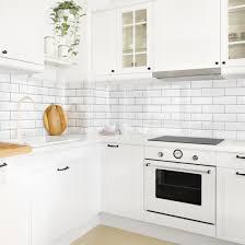 du möchtest deine küchenwand mit weißen metro fliesen neu