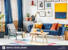 die hellen und gemütlichen wohnzimmer innenraum mit blauen