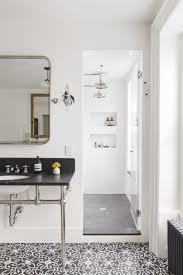 klassisches badezimmer mit schönen gemusterten fliesen