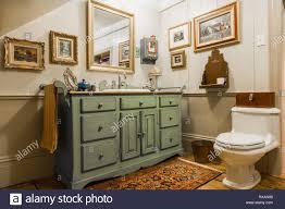 grün und grau antiken hölzernen waschbecken schrank und
