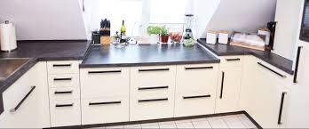 gestaltung einer küche vanille hochglanz mit griffen in