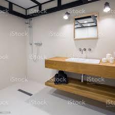 badezimmer mit holz arbeitsplatte stockfoto und mehr bilder anrichte