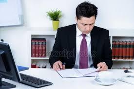 bureau homme d affaire homme d affaires élégant au bureau photographie nilswey 64581475