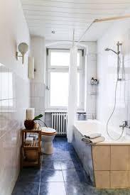 schönes badezimmer in berliner altbaugebäude mit hohen