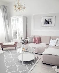 helles wohnzimmer mit ecksofa und couchtisch aus glas