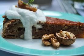 veganer dattel walnuss cake mit kokossahne glowbus