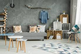 grau wohnzimmer im neuen stil mit diy möbel stuhl muster teppich sofa und kreative heimtextilien