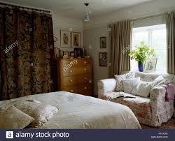 kleines sofa in achtziger jahre ferienhaus schlafzimmer mit