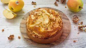 kuchen mit golden delicious äpfeln walnüssen und warmer