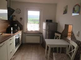 küche mit durchreiche zum wohnzimmer ferienhaus beutnitz in