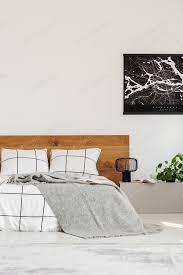 kopie raum an weißer wand mit schwarzer karte im modernen schlafzimmer mit king size bett mit hölzernem kopfteil foto bialasiewicz auf envato