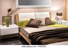schlafzimmer innenraum mit vier kopfkissen auf dem bett und