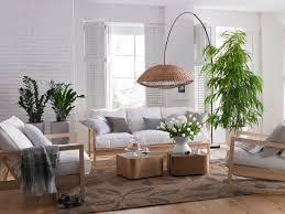 wohnzimmer mit hellen holzmöbeln und bild kaufen