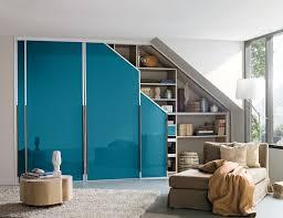 einbauschrank dachschräge petrolblau modern wohnzimmer