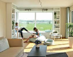 die sitzbank am panoramafenster als ort zum träumen