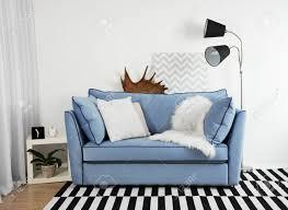 schönes modernes wohnzimmer mit blauem sofa und stehle