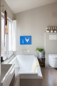 modernes badezimmer in grau und weiß mit bild kaufen