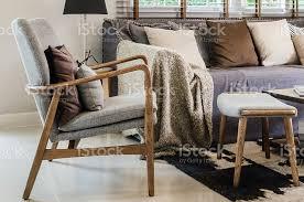 moderne holz stuhl mit kissen im wohnzimmer stockfoto und mehr bilder architektur
