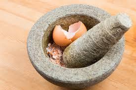 mortier de cuisine mortier et pilon de cuisine avec la coquille brisée d oeufs image