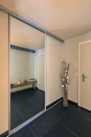 schiebetüre in grossflächigem spiegel als eingang ins bad