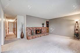 leeres wohnzimmer neben dem flur verfügt über graue wände teppichboden und roten backstein kamin nordwest usa