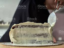 schritt für schritt vorbereitung der schwarzen designer kuchen der konditor deckt den kuchen mit sahne stockfoto und mehr bilder eine person