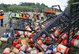 rangement bouteille de gaz le camion déverse 897 bouteilles de gaz 24 07 2010 ladepeche fr