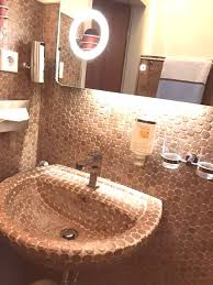 fußwarmer boden in der dusche korkmosaik im einsatz