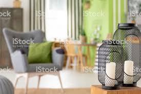 closeup auf laternen mit kerzen auf hölzernen schemel im grünen wohnzimmer interieur echtes foto stockfoto und mehr bilder bewegungsunschärfe