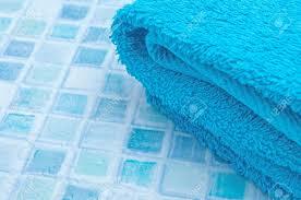 blau auf blau badetücher badezimmer fliesen