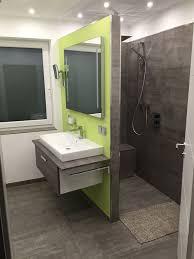badezimmer mit begehbarer dusche fliesen in betonoptik