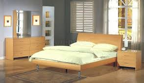 Maple Finish Contemporary Bedroom with Platform Bed