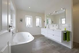 großes badezimmer mit gefliester dusche doppelwaschtisch