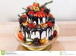 weißer sahnezuckerglasur kuchen mit früchten und schokolade