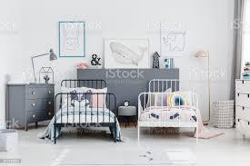 schwarz weiß bett in geschwister schlafzimmer innenraum mit grau schrank und plakate echtes foto stockfoto und mehr bilder behaglich