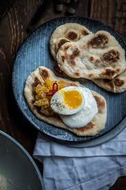 fladenbrot mit mango chutney und eiern nach oliver