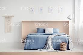 decke auf blaues bett mit kissen in weiß schlafzimmer innenraum mit plakaten und le echtes foto stockfoto und mehr bilder beige